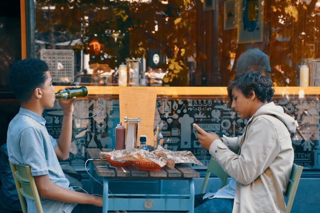 clienti che consumano  al tavolo